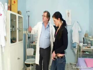 Sandra visits gyno dokter voor muff speculum investigation bij kinky clinic