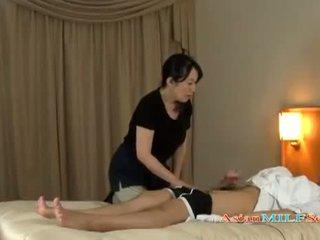 Läkkäämpi nainen massaging guy giving runkkaus getting hänen tiainen rubbed päällä the sänky