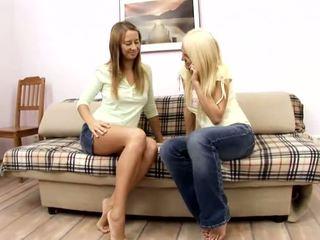 Alla y jodi amateur rubia y pelirroja lesbianas polluelos besando en la sillón