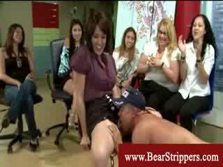 Apģērbta sievete kails vīrietis nejaukas vāvere eating stripper ballīte