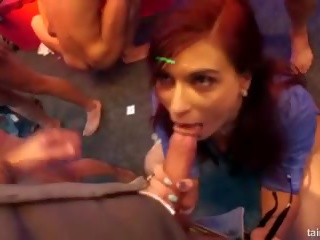 Excited porno zvezde fucks v klub