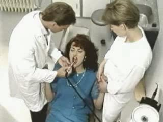 Simona valli en dentist.