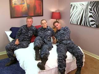 Seksowne navy dziewczyna fucks jej sailors