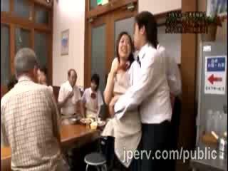 Étalon goes rude avec nana japonais gf pendant famille dinner