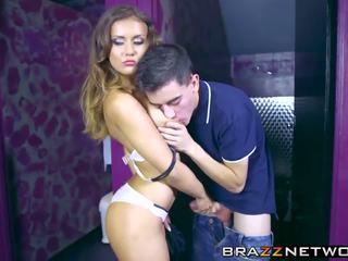 Fusk brunett taking på en stor stiff pole i henne.