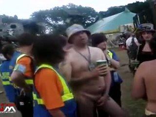 Female zabezpečenia guards s nahý holky & guys v