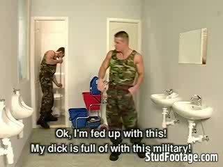 Tre militare guys succhiare ogni altrui dicks e ottenere scopata in il bagno
