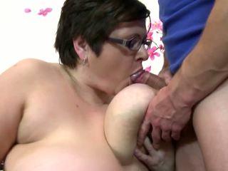 Liels pieauguša māte zīst un jāšanās jauns laimīgs puika: bezmaksas porno 4c