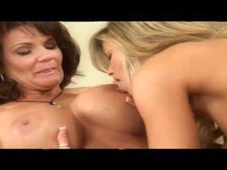 Two kouření horký zralý lesbička babes spolu v lůžko
