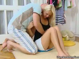 Lera jest a młody i seksowne blondynka