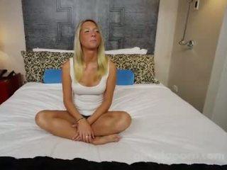 Pievilcīgas blondīne ar a liels pakaļa