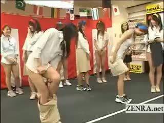 ประเทศญี่ปุ่น employees เล่น a เกมส์ ด้วย บอล และ ถุงน่องแบบมีสายรัด