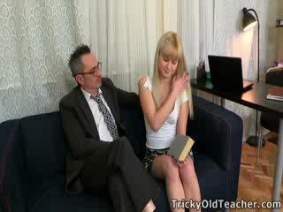 Candy doesn't genau erhalten viel wahl im die angelegenheit, aber she's sicher turned auf von sie tricky alt lehrer