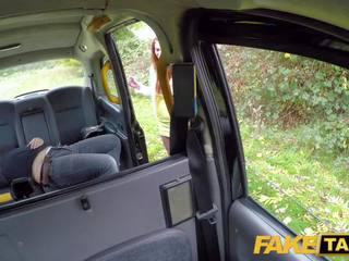 Fake taxi uzbudinātas rūdmataina hottie uz filthy taxi zīst un