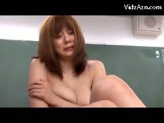 Krūtainas skolotāja masturbācija using vibrātors uz priekšējais no students par the galds uz the classrom