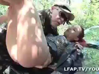 Sodomisee par deux mecs sur le bord de la rutt