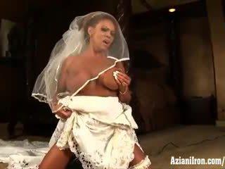 Aziani เหล็ก แก่แล้ว female bodybuilder rides คนไซเบีย ใน งานแต่งงาน ชุดกระโปรง
