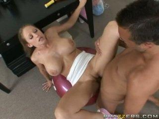 Abby rode gets een vol neuken training als ze acquires slammed op een gym ball