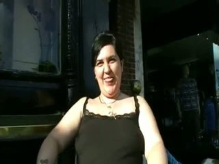 Gunging éndah wadon amatir pissing in publik