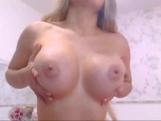 Rondborstig blondine babe penetrates haar bips en poesje: hd porno f3
