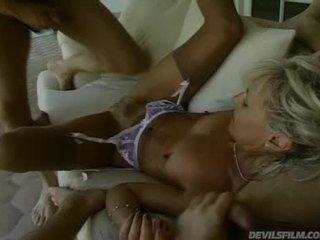 Cũ phụ nữ receives cô ấy âm đạo fucked lược cứng trong khi cô sucks con gà trống