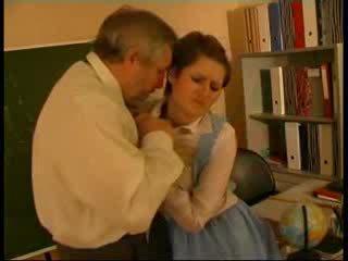 Läraren misshandlade tyska doll