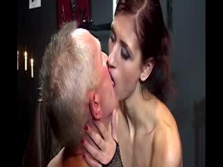 Nana domina treats son senior sujet à une sensuel pipe