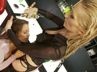Velika joški dekleta uživajte slapping njihovo fingers proti.