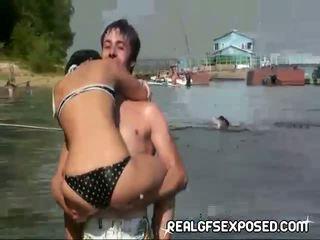 Fishing met sommige naakt russisch tieners