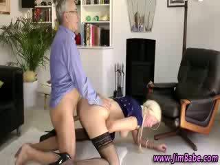 Më të vjetër guy fucks nxehtë euro çorape vajzë