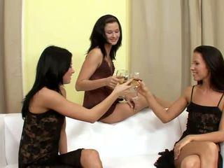 Suzi un jane un lulu superb lesbietes dzerošas un izģērbtas par the dīvāns