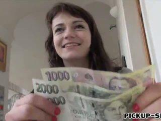 Eurobabe aimee ryan flashes suo piccolo tette e scopata per contante