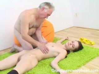 Grandad has σεξ εφηβική sleepyhead και spunks onto αυτήν