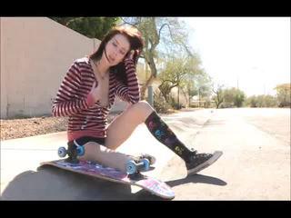 Aiden onto the ulica skateboarding i rozbieranie się bare