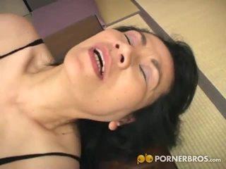 Porner premium: मेच्यूर एशियन कंट gets toyed साथ एक वाइब्रटर