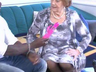 Berbagai jatuh tempo & nenek mendapatkan kacau!
