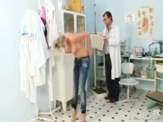 Caliente gabriela getting desnudo en gyno oficina
