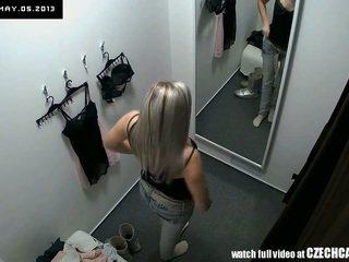 Voyeur jauks blondīne fitting veļa