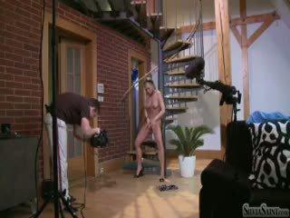 Silvia saint derrière la scène filming une solo scène sur une stair (hd)