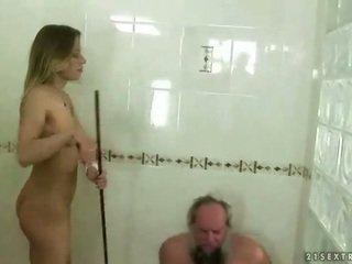 Dospívající punishing dědeček