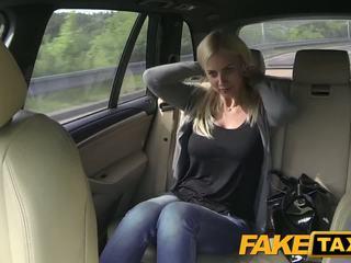 Fake taxi liels bumbulīši un liels curvy ķermenis sucks loceklis