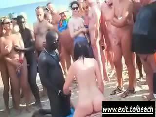 Pagsasama ng magkaibang lahi pagtitipon sa ang hubo't hubad dalampasigan video