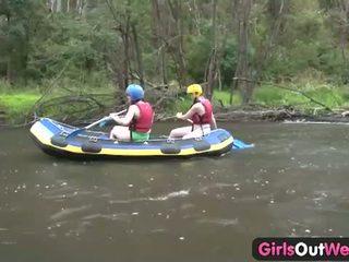 Момичета навън west: три брюнетка тийнейджъри вървя лесбийка в на outback