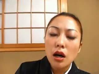 Aziýaly geisha masturbates saçly künti with wibrator
