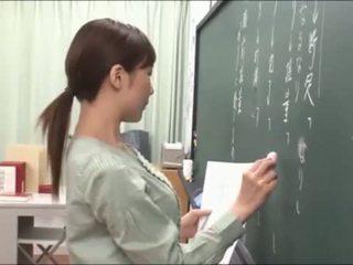 日本語 老師 gives 一 valuable lesson 在 該 blackboard