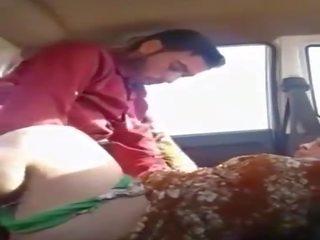 Labs meklē pakistāņi palaistuve sucks a dzimumloceklis uz the automašīna