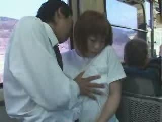 Läkkäämpi japanilainen povekas äiti haparoi ja perseestä sisään bussi video-