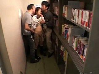 Schoolgirls bajbai de perverts în schoollibrary 7