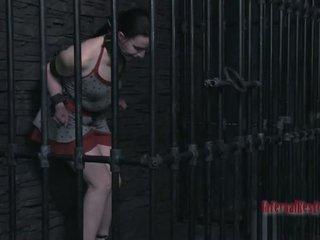 Tough beauty in shackles gets haar poesje pumped