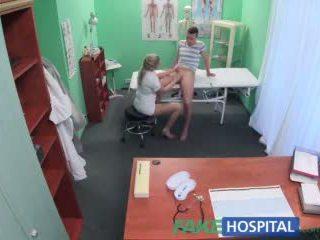Fake kórház diák elcsípett giving ápolónő egy beleélvezés